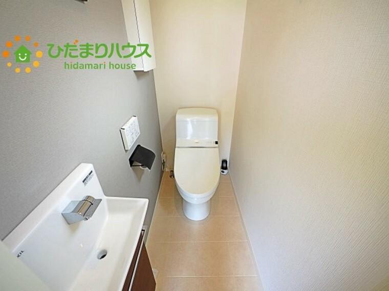 トイレ 手洗い場付トイレ。収納も付いております!