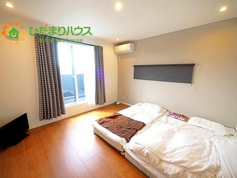 寝室 バルコニーに面している洋室は、主寝室にどうぞ(^^)/大きなベッドを置いても余裕の広さ!