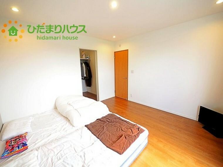 寝室 大きなベッドを置いても余裕の広さの主寝室