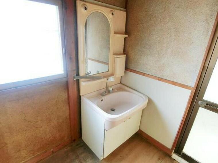 洗面化粧台 洗面室に窓があるので、明るく換気も良好です。
