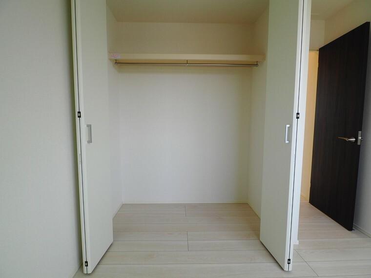 収納 全室収納付き!家族みんなの荷物が片付きます。棚や収納ケースなどを組み合わせることで、使い方が広がりますね。物が多くてもスッキリ片付きそうです。
