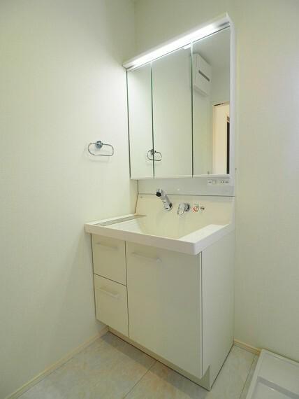 洗面化粧台 鏡が大きく、収納力たっぷりの洗面化粧台
