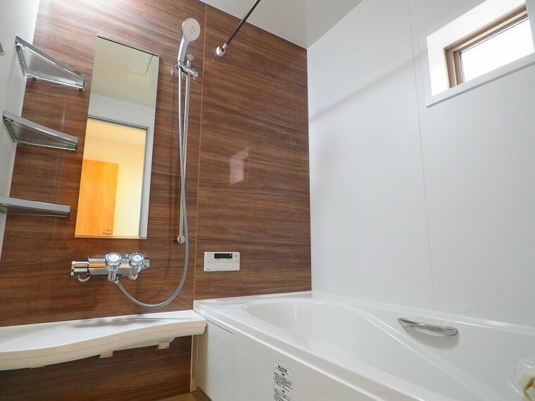 同仕様写真(内観) 一坪サイズの浴室に足の伸ばせる浴槽  浴室暖房乾燥機付きなので、雨の日のお洗濯に便利ですよ