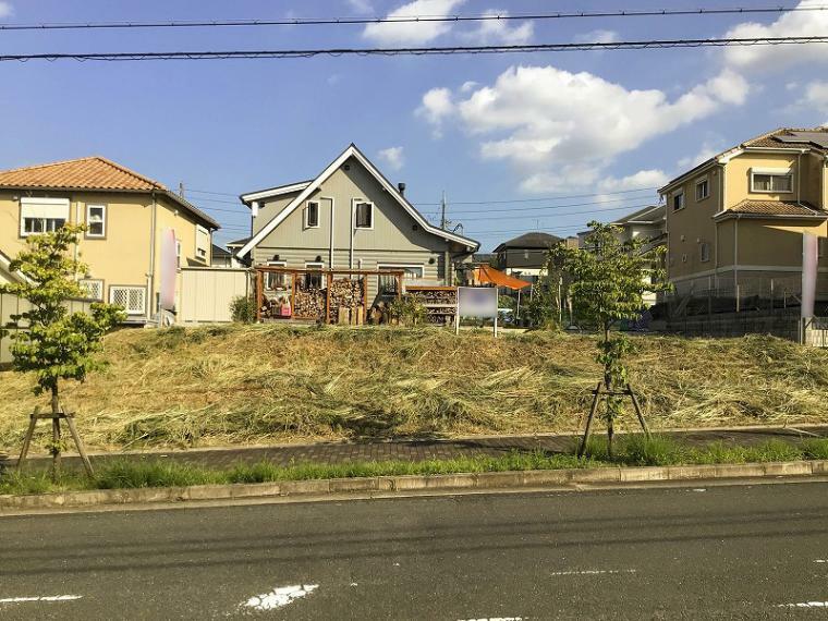 現況写真 歩道付きの広い道路に面した土地83坪