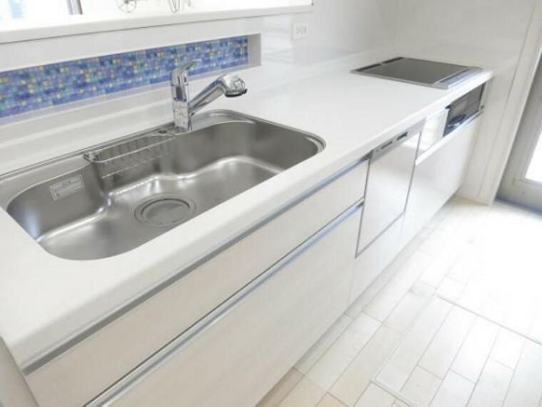 同仕様写真(内観) \同仕様写真/オールインワン浄水器栓を採用しており、場所を取らない浄水器を採用!また、食器洗い乾燥機付で奥様の家事を軽減できます!