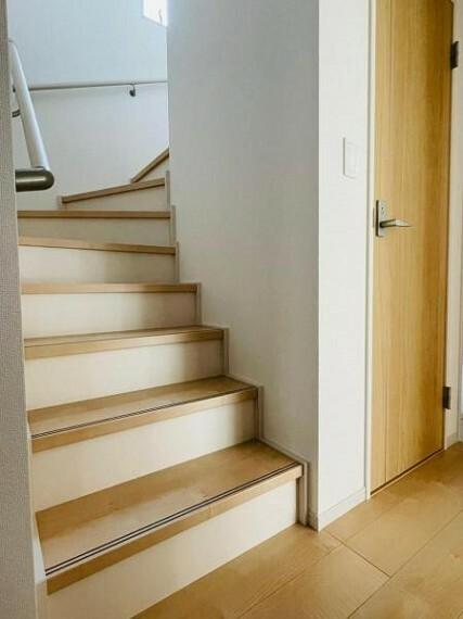 同仕様写真(内観) 【同仕様写真】階段は手摺が付いた使う人みんなに優しい安全設計。緩やかで上り下りもらくちん!