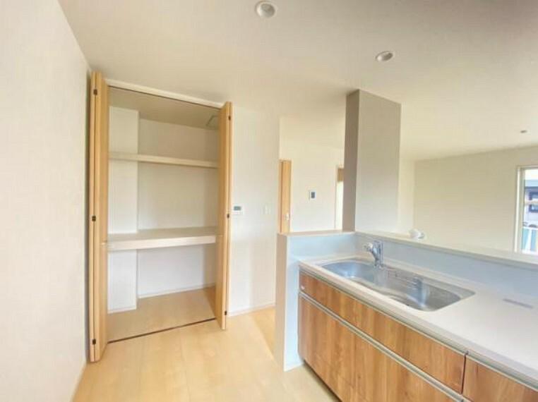 同仕様写真(内観) 【同仕様写真】キッチン脇収納は食品庫やリビングの小物などを収納することができます!