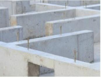 構造・工法・仕様 住まいの安心を支える「鉄筋入りコンクリートベタ基礎」ベタ基礎は地面全体を基礎で覆うため、建物の加重を分散して地面に伝えることができ、不同沈下に対する耐久性や精神性を向上することができます。