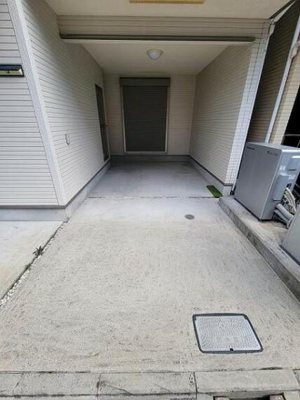 駐車場 ビルトインの駐車スペースです。雨がしのげて車の乗降りも助かりますね!