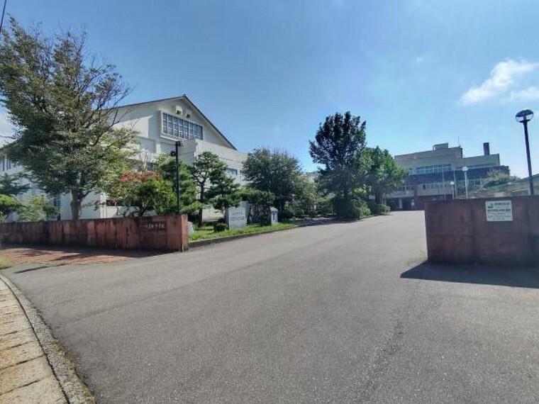 中学校 高松中学校まで1100mです。徒歩14分です。