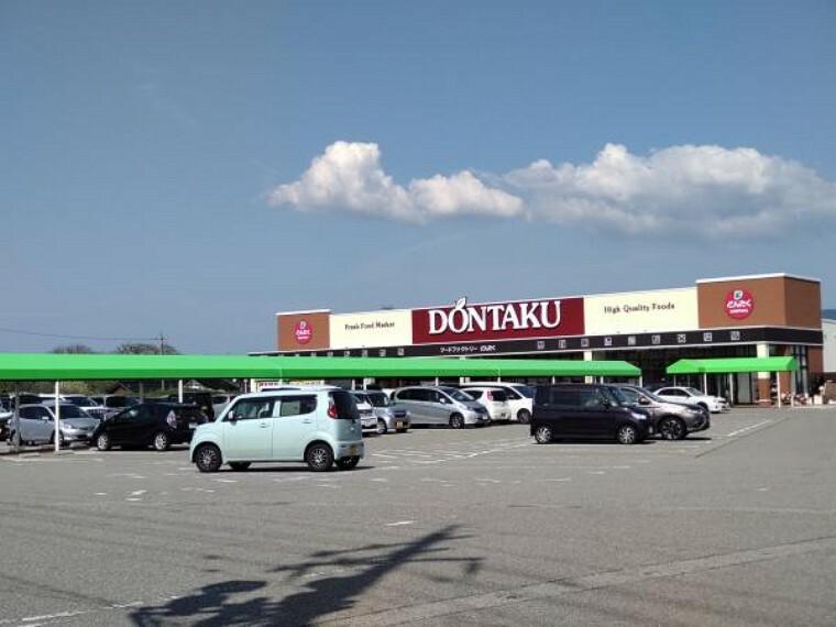 スーパー どんたくかほく店様まで3000mです。駐車場広いので便利ですね