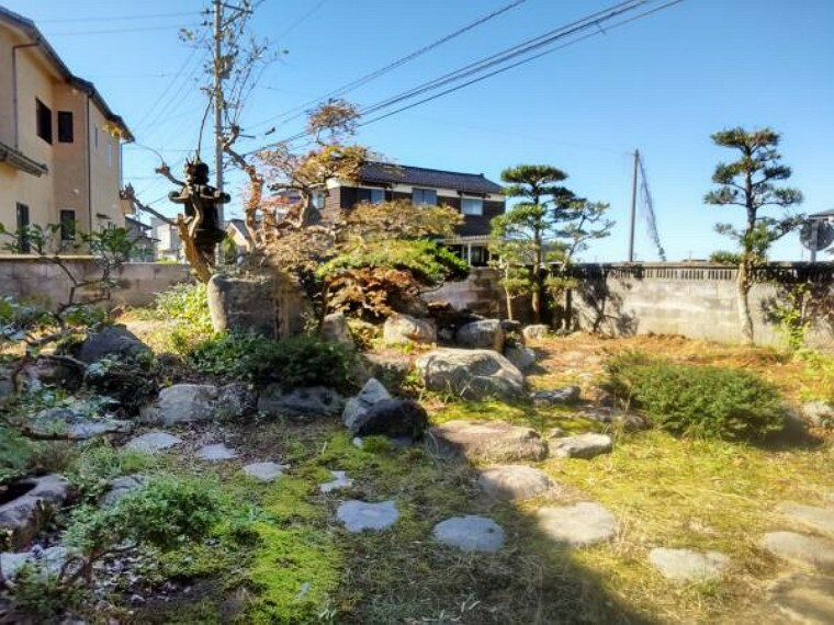 庭 【リフォーム前】縁側横の中庭です。塀の近くの立木は伐採しスッキリさせる予定です。