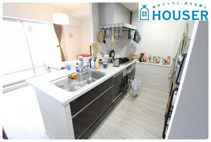 キッチン 人気の対面式キッチンでご家族とお話しながら家事ができます