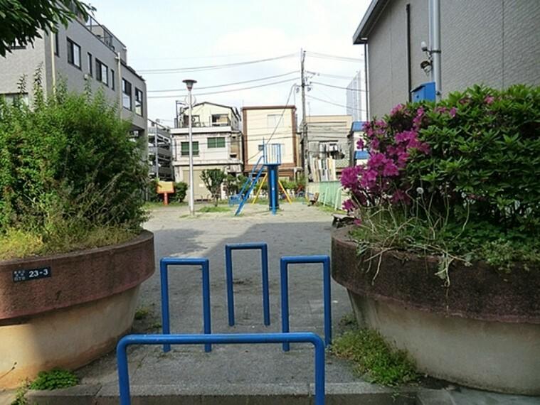 公園 錦糸公園の北側、住宅街の狭い路地に入った場所にある「あかしや児童遊園」。ブランコ、すべり台の遊具があります。小さな敷地ながら、水道とベンチの設備がそろっています。