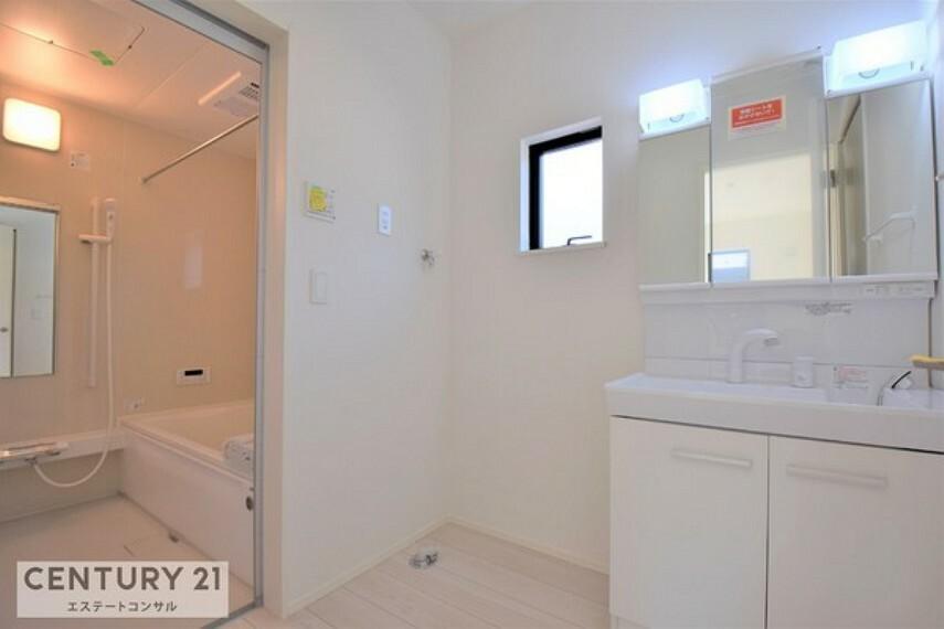 洗面化粧台 便利なハンドシャワー付き洗面化粧台三面鏡