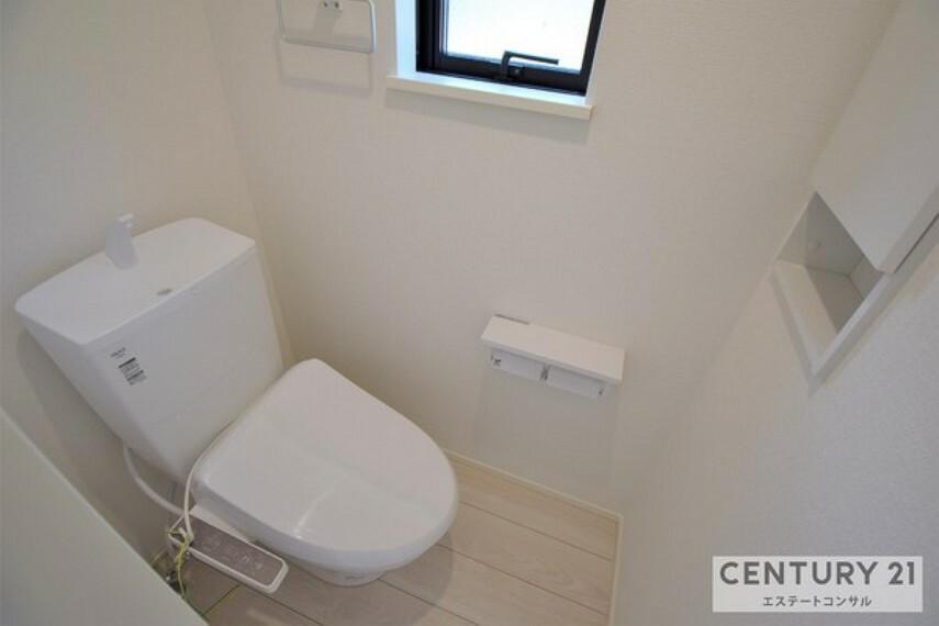 トイレ 壁面収納&タオルハンガー付き