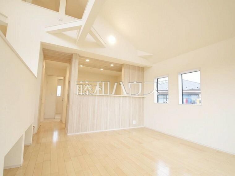 居間・リビング 2号棟 1階よりも光が差し込みやすい2階にリビングを設置することで、明るいリビングを実現! 【狛江市東野川4丁目】