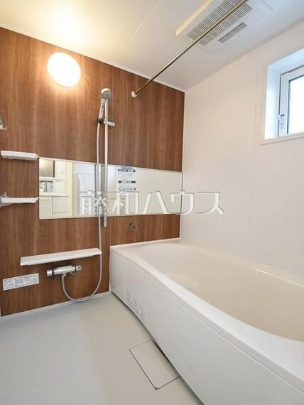 浴室 2号棟 浴槽内にステップがあり、半身浴やお子様との入浴にも便利です。 【狛江市東野川4丁目】