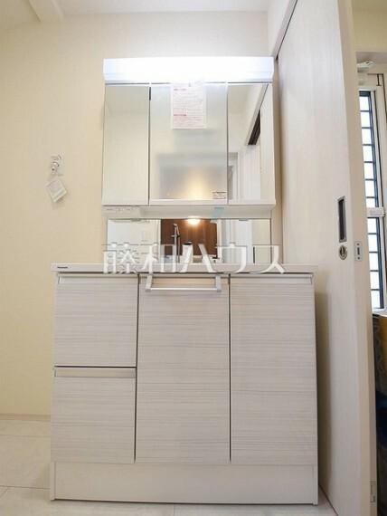 洗面化粧台 2号棟 三面鏡付きの洗面台。鏡の裏にも収納があり、歯ブラシや化粧品等もすっきり収納できます。 【狛江市東野川4丁目】
