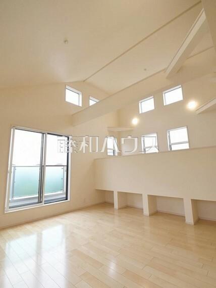 居間・リビング 2号棟 LDKは勾配天井により開放的な空間です 【狛江市東野川4丁目】