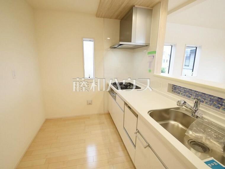 キッチン 2号棟 キッチンには窓があり換気しやすいですね 【狛江市東野川4丁目】