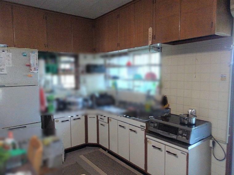キッチン 湿気や匂い対策も出来る窓際のキッチンです!