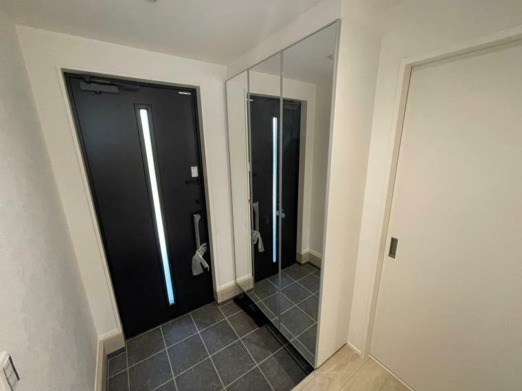 玄関 大型姿鏡でお出かけ前の身だしなみチェックは欠かせない