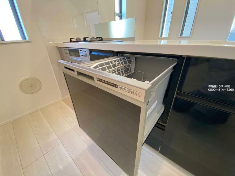 同仕様写真(内観)  【食器洗浄乾燥機】食器の出し入れがしやすいスライドオープン式です。手洗いに比べ節水効果が高く、食器の洗浄から乾燥まで、食後の水仕事を軽減します。