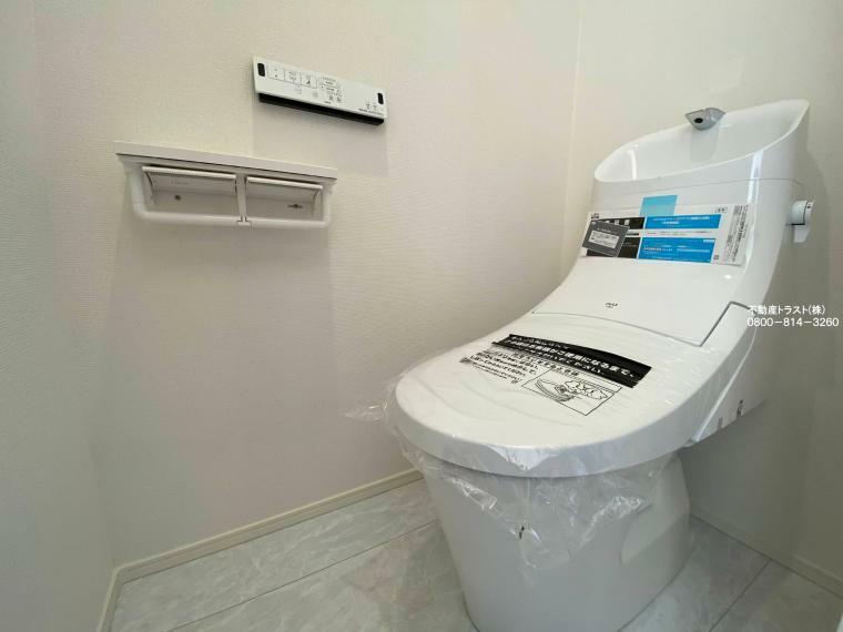 同仕様写真(内観) 【高性能トイレ】温水洗浄便座付きのトイレです。汚れてもサッとひと拭きでお手入れ簡単。節水仕様でしっかり洗浄できます。環境にやさしく、しかも経済的です。