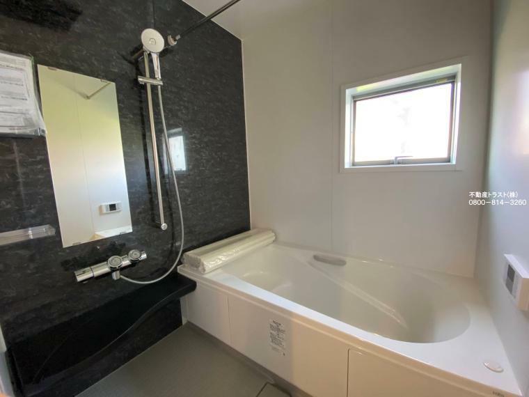 同仕様写真(内観) 【浴室】防水性や保温性に優れたシステムバスルーム。洗い場と脱衣所の段差が小なくバリアフリー、小さなお子様からお年を召した方まで安心してお風呂を楽しむことができお手入れも簡単です。