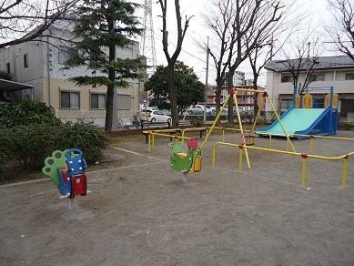 公園 【蛭沼公園】ユニークな遊具もあり、花見や夏祭りなど季節ごとに楽しめる公園。地域の公園としては比較的面積が大きく、のびのび自由に遊べる広場のエリアと遊具のエリアの両方があります。
