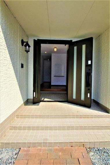 玄関 玄関扉は大きく開く親子ドア。セキュリティ面も安心のダブルロックタイプです。