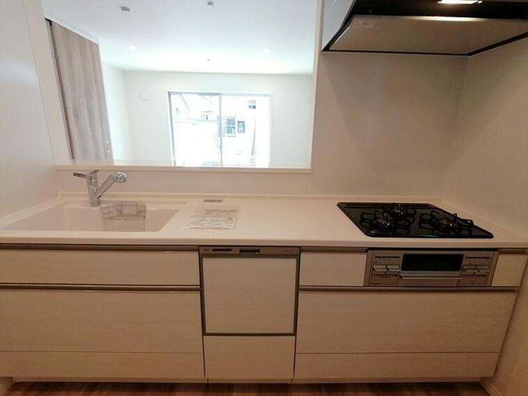 キッチン 家族が集まるリビングダイニングキッチンは自然とコミュニケーションが取れる設計となっております。 ■府中市小柳町5 新築一戸建て■