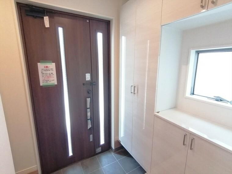 玄関は清潔感のある空間にしたいもの。ご家族が多いご家庭にはとても便利なシューズ・イン・クローゼット付きです。 ■府中市小柳町5 新築一戸建て■