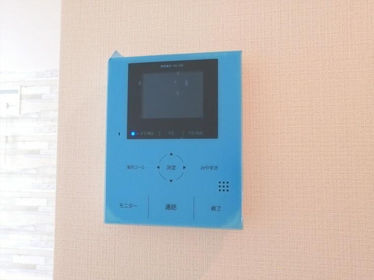 TVモニター付きインターフォン モニター付きインターホンは玄関を確認しなくても誰が来たのかすぐわかります。訪問者を確認してから会話することができますので安心して対応できます。 ■府中市小柳町5 新築一戸建て■