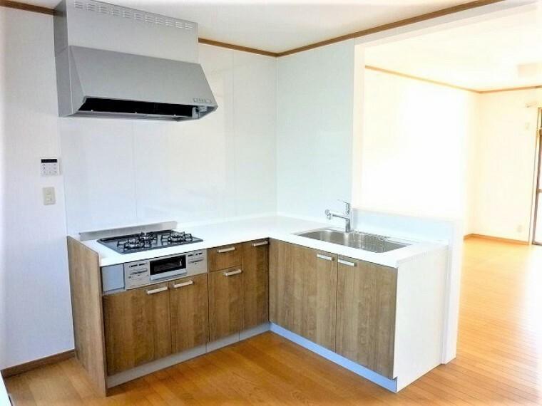 キッチン 手元は隠しながら、 リビングとも会話できるセミオープンキッチン。