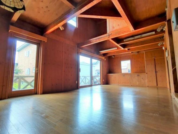 居間・リビング 【リフォーム前リビング】床フロアタイルの上張り、照明交換、柱・梁の塗装を行います。内装が締まるようリフォーム致します。