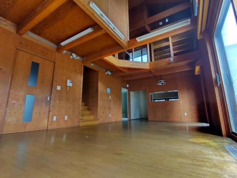 居間・リビング 【リフォーム前リビング】床はフロアタイルを上張り、照明交換、建具交換、梁・柱塗装致します。ぬくもりがあり、締まりのあるリビングへとリフォーム致します。