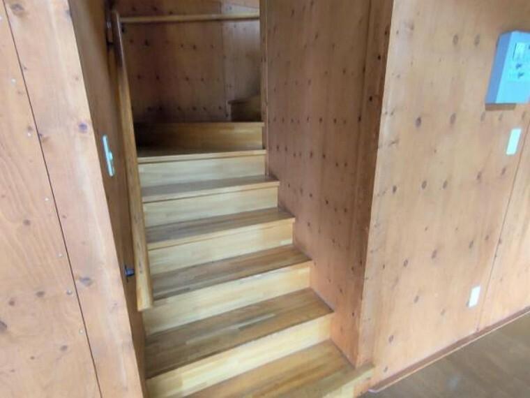 現況写真 【リフォーム前階段】ステンクリア塗装を行います。ワイドなゆったりとした作りの階段です。
