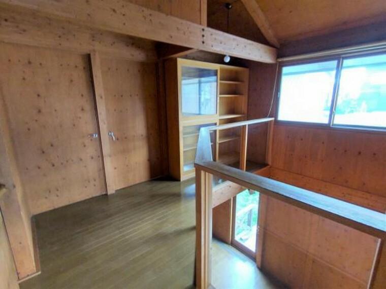 現況写真 【リフォーム前2Fホール】床はフロアタイル上張り、照明交換、梁・柱塗装、本棚固定を行います。リビングでの会話にも参加できます。