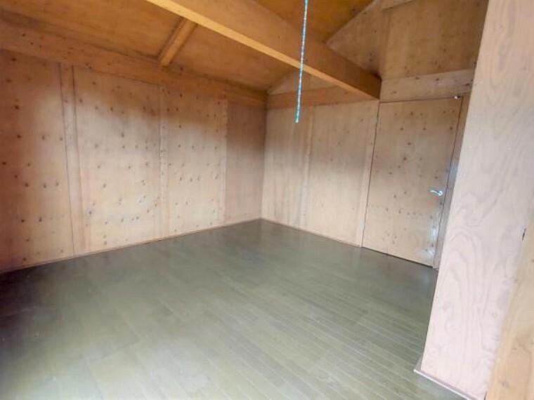 【リフォーム前6帖洋室】床はフロアタイルを上張り、照明交換、梁・柱塗装を行います。