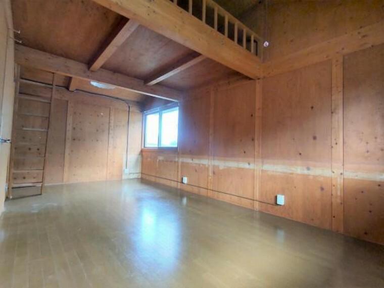 【リフォーム前4.5帖洋室】この写真のお部屋を2分割致します。ロフトも2分割し、階段を設置します。
