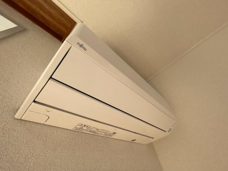 専用部・室内写真 【同仕様写真】新生活を快適にサポートしてくれる、エアコンをリビングに設置します。家電の買い替えをご検討のご家族も、エアコン1台分の費用が浮いて嬉しいですね。