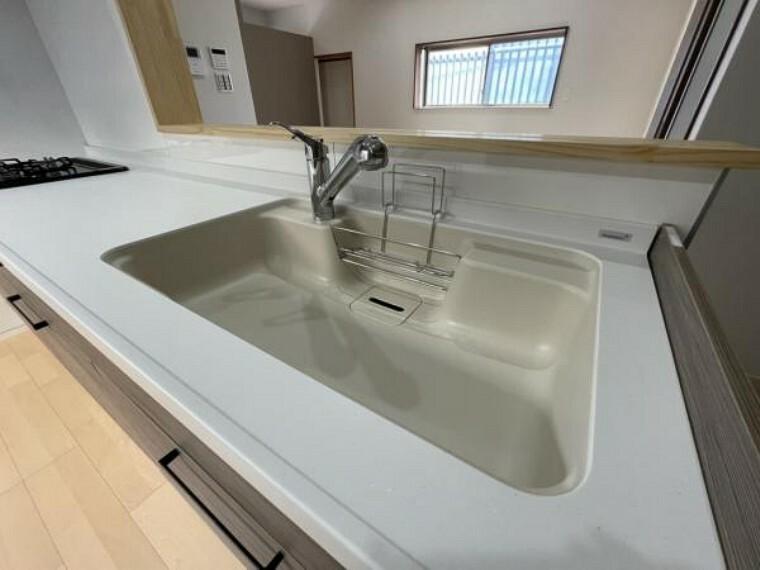 専用部・室内写真 【同仕様写真】新品交換するキッチンの水栓金具はノズルが伸びてシンクのお手入れもラクラクです。水栓本体には浄水機能が内蔵されていて、おいしいお水をつくります