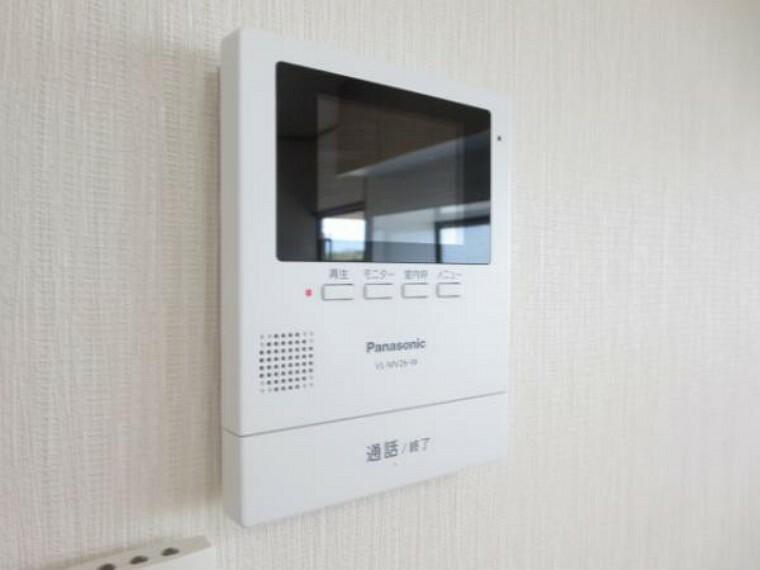専用部・室内写真 【同仕様写真】新しく設置するドアホンはカラーモニター付き。(設置場所)に設置のモニターで玄関にいらしたお客様を確認してから応対できます。留守中の来客も記録できるので防犯面でも安心ですね
