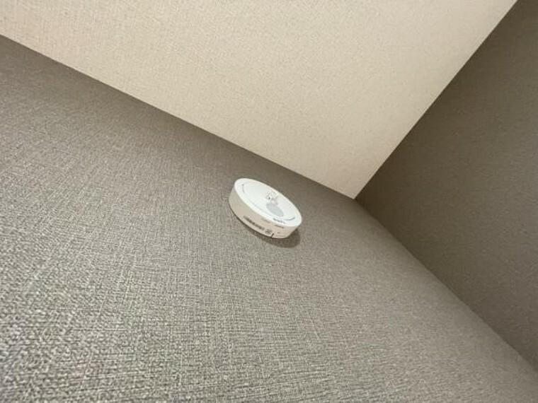 【同仕様写真】全居室に火災警報器を新設します。キッチンには熱感知式、その他のお部屋や階段には煙感知式のものを設置し、万が一の火災も大事に至らないように備えます。電池寿命約10年です。