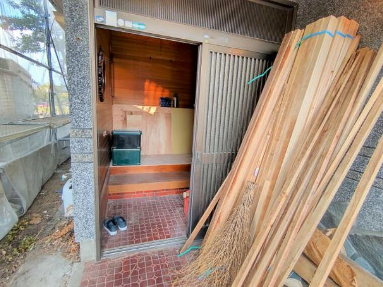 玄関 【リフォーム中/玄関】玄関ドアは新品に交換します。玄関ポーチは屋根つきなので、雨の日に荷物がたくさんあっても濡れずに出入りできますね。