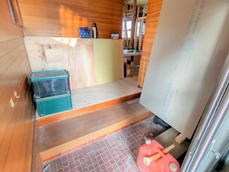 玄関 【リフォーム中/玄関】玄関ホールはタイルを貼り替えます。玄関はお家の顔となる部分、お客様が最初に目にする場所だからこそ、第一印象が大切ですね。