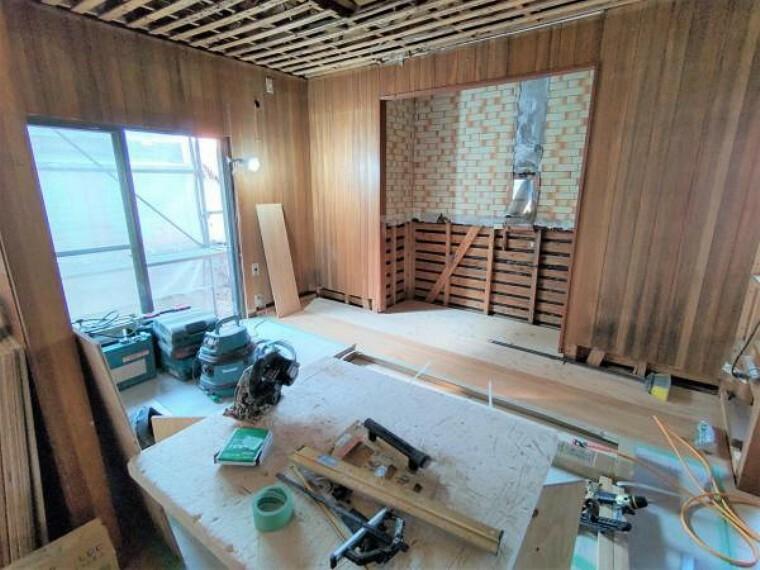 洋室 【リフォーム中/6.5帖洋室】6.5帖洋室になります。壁天井のクロスを張替え、床をフローリングへと張り替えいたします。収納もクロゼットに変更します。大きな収納があると衣替えなどにも便利ですね。