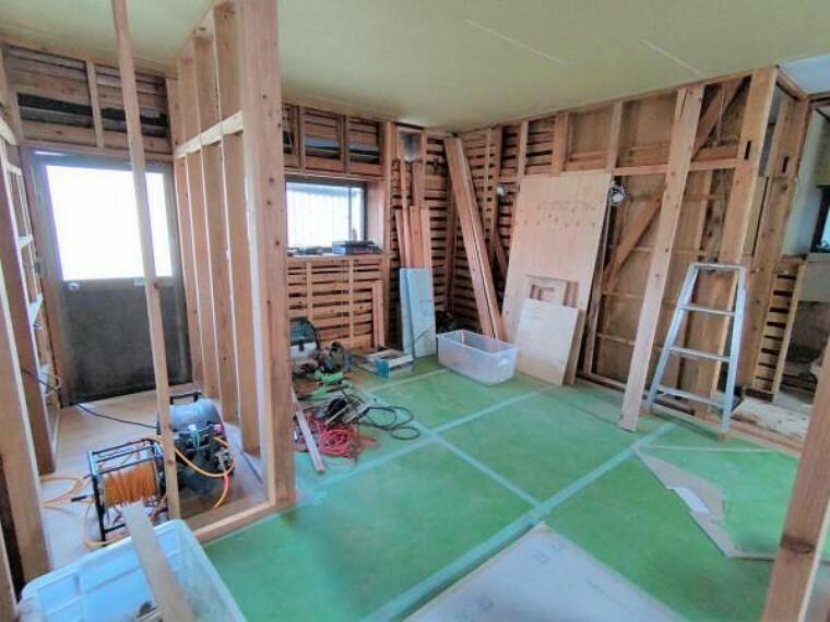 洋室 【リフォーム中/DK→6帖洋室】6帖洋室になります。壁天井のクロスを張替え、床を重ね張りします。